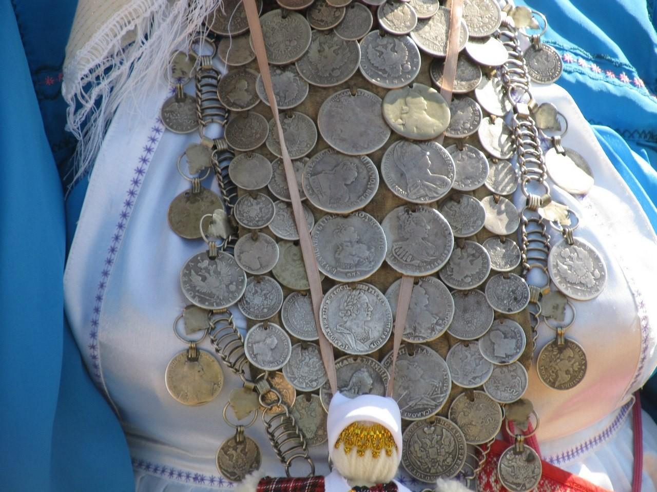 Украшение с монетами своими руками
